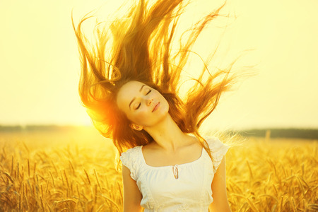Foto de Beauty romantic girl outdoors in sun light - Imagen libre de derechos