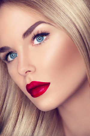 Photo pour Beautiful girl with healthy blond hair and perfect makeup - image libre de droit
