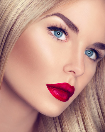 Foto de Beautiful blonde girl with healthy blond hair and perfect makeup - Imagen libre de derechos
