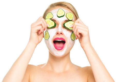 Photo pour Spa woman applying fresh facial mask with cucumbers - image libre de droit