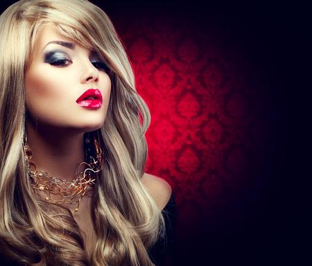 Photo pour Beautiful sexy blond woman with long hair - image libre de droit