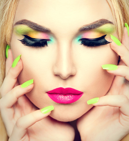 Photo pour Beauty woman portrait with vivid makeup and colorful nail polish - image libre de droit