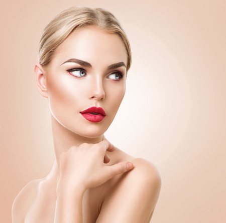 Photo pour Beautiful woman portrait. Beauty spa woman with fresh skin and perfect makeup - image libre de droit
