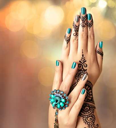 Photo pour Mehndi tattoo. Woman hands with black henna tattoo - image libre de droit