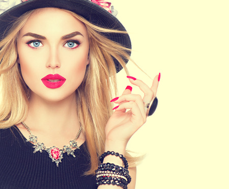 Photo pour Beautiful sexy blonde woman with red lips and manicure in modern black hat - image libre de droit