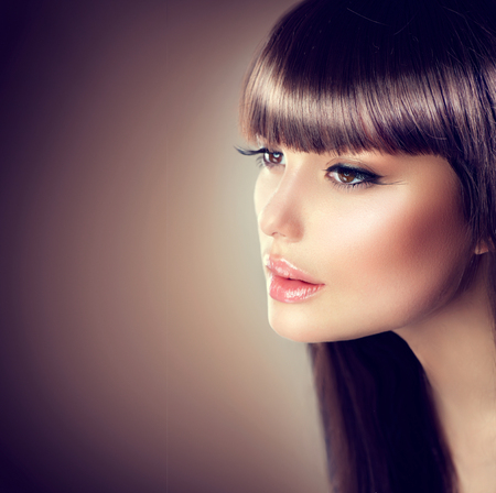 Foto de Beauty woman with beautiful make up and healthy smooth brown hair - Imagen libre de derechos