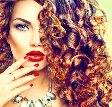 Photo pour Beauty young brunette woman with curly hair, perfect makeup and manicure - image libre de droit