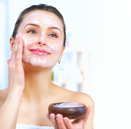 Foto de Beautiful woman applying natural facial mask - Imagen libre de derechos
