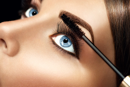 Foto de Mascara makeup applying closeup. Eyelashes extensions - Imagen libre de derechos