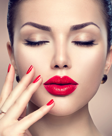 Photo pour Beautiful fashion woman model face portrait with red lipstick and red nails - image libre de droit