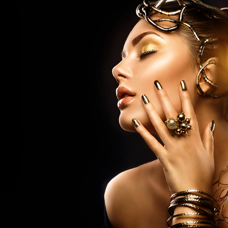 Photo pour Beauty fashion woman with golden makeup, accessories and nails - image libre de droit