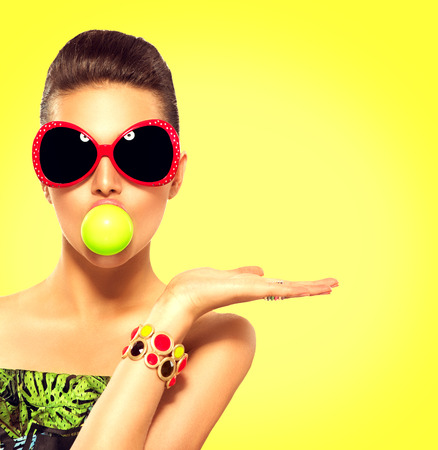 Foto de Summer model girl wearing sunglasses with green bubble of chewing gum - Imagen libre de derechos