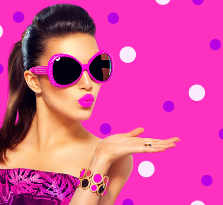 Foto de Beauty fashion model girl wearing purple sunglasses - Imagen libre de derechos