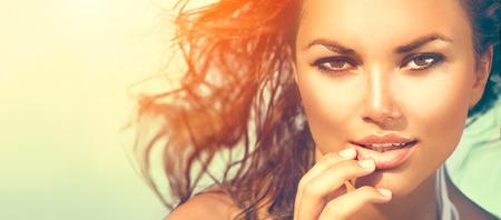 Foto de Beauty sunshine girl portrait. Model woman under the hot sun on the beach - Imagen libre de derechos