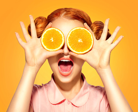 Foto de Beauty model girl takes juicy oranges - Imagen libre de derechos