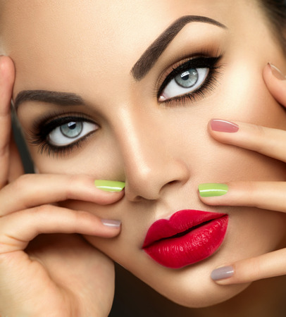 Photo pour Beauty fashion woman with vivid makeup and colorful nailpolish - image libre de droit