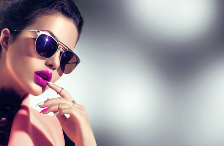 Foto de Sexy model girl wearing stylish sunglasses - Imagen libre de derechos