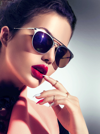 Photo pour Sexy model girl wearing stylish sunglasses - image libre de droit