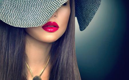 Foto de Beautiful sexy brunette woman with red lips in modern black hat - Imagen libre de derechos