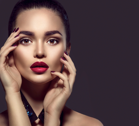 Photo pour Beauty brunette woman with perfect holiday makeup - image libre de droit