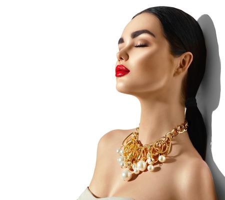Photo pour Beauty fashion model brunette girl portrait. Sexy young woman with perfect makeup and trendy golden accessories - image libre de droit