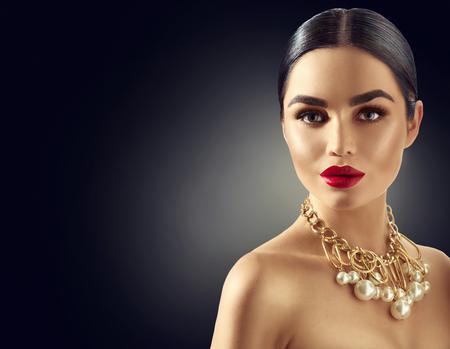 Photo pour Gorgeous young brunette woman portrait - image libre de droit