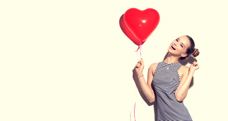 Foto de Beauty joyful teenage girl with red heart shaped air balloon - Imagen libre de derechos