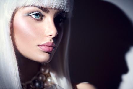 Photo pour Fashion model girl portrait. Beauty woman with white hair and winter style makeup - image libre de droit