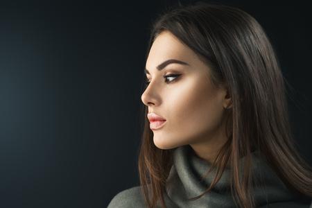 Foto de Fashion model brunette girl. Beauty portrait of young woman with professional makeup - Imagen libre de derechos