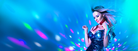 Photo pour Fashion model sexy woman dancing in neon light. Disco dancer posing in UV colorful lights - image libre de droit
