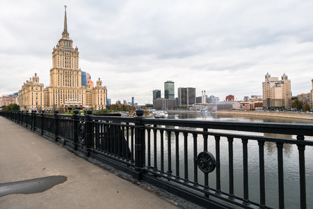 Photo pour MOSCOW, RUSSIA. OCTOBER,24.2017: Elegant iron wrought fence of the Novoarbatskiy bridge. Famous skyscraper of the former Soviet hotel `Ukraine`. - image libre de droit