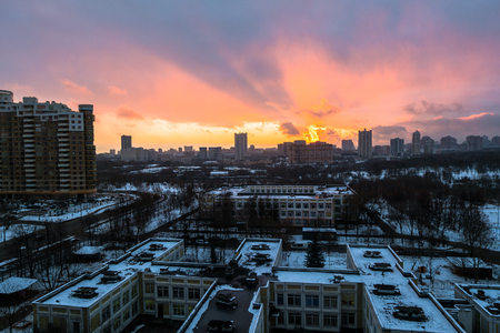 Photo pour Winter fiery dawn over the city. Panoramic view of a modern residential area and a delightful sky in the background. - image libre de droit