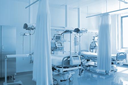 Foto de Empty bed in personalized ward - Imagen libre de derechos