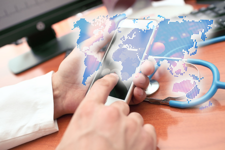 Foto de Holographic representation of the world map in the hands of the medical practitioner - Imagen libre de derechos