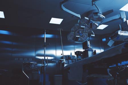 Foto de Gloomy colors of a night operating room ready to receive a patient - Imagen libre de derechos