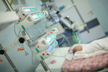Foto de Child in the intensive care unit. - Imagen libre de derechos
