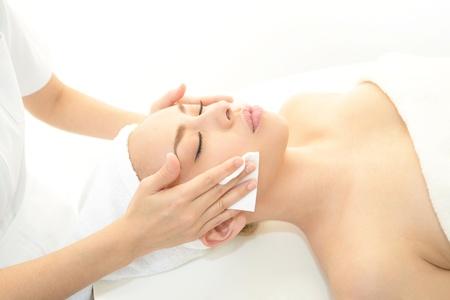 Foto de Beautiful young woman getting a spa treatment - Imagen libre de derechos