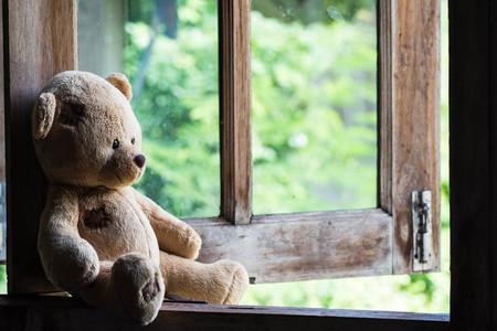 Foto de Teddy bear sit and waiting at  the window. - Imagen libre de derechos