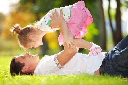 Photo pour father and daughter in the park - image libre de droit