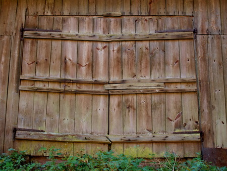 Photo pour Large wooden doors of the old barn with iron canopies - image libre de droit