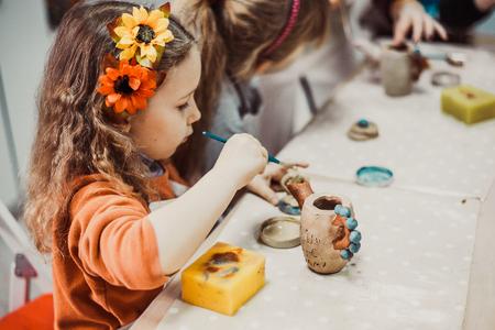 Photo pour children's hands sculpts clay crafts pottery school - image libre de droit
