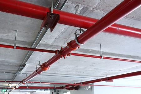 Foto de red pipeline extinguishing water in industrial building - Imagen libre de derechos