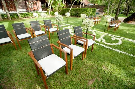Foto de wedding chair in outdoor garden - Imagen libre de derechos
