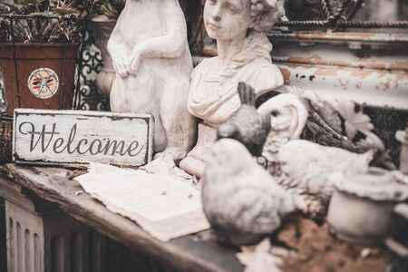 Photo pour Vintage welcome signboard with animal and human statue. - image libre de droit