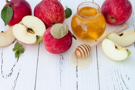 Foto de Apple and honey, traditional food of jewish New Year - Rosh Hashana. Copyspace background - Imagen libre de derechos