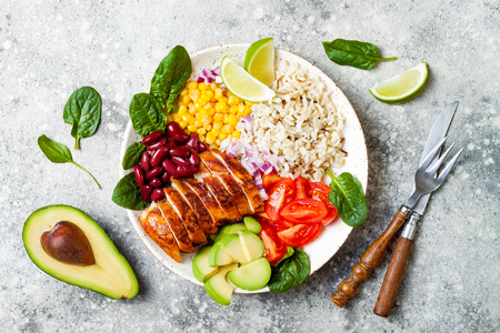 Photo pour Homemade Mexican chicken burrito bowl with rice, beans, corn, tomato, avocado, spinach. Taco salad lunch bowl - image libre de droit