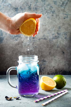 Photo pour Butterfly pea flower blue iced tea or lemonade. Healthy detox herbal drink  - image libre de droit