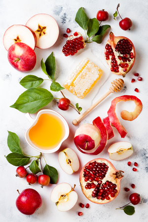 Photo pour Apple, pomegranate and honey, traditional food of jewish New Year - Rosh Hashana. - image libre de droit