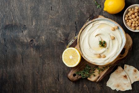 Photo pour Homemade hummus with thyme, olive oil. - image libre de droit