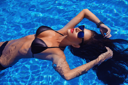 Photo pour Beautiful girl in outdoor pool - image libre de droit